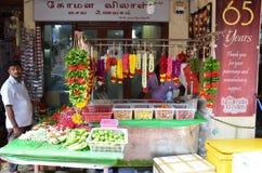卖诗歌选的花摊位为寺庙奉献物 免版税库存图片