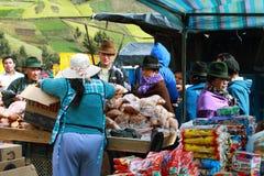 卖酥皮点心的厄瓜多尔种族妇女 免版税图库摄影
