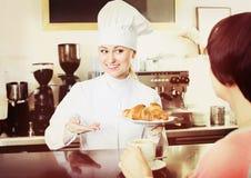 卖酥皮点心的厨师对顾客 免版税库存照片