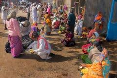 卖鞋子的卖主对莎丽服穿的印地安妇女,加尔各答,印度 库存图片