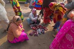 卖鞋子的卖主对莎丽服穿的印地安妇女,加尔各答,印度 免版税库存图片