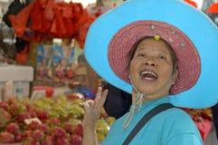 卖食物的人们在foodmarket香港 免版税库存照片