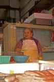 卖食物的人们在foodmarket香港 库存照片