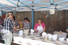 卖食物的妇女在栗子节日 免版税图库摄影