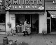 卖食物的男性中国摊贩在中国 免版税库存照片