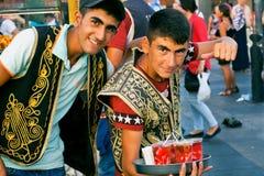 卖饮料的两个愉快的年轻供营商 免版税库存照片