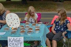 卖首饰的孩子和焙烤食品 库存照片