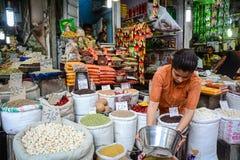 卖香料的妇女在地方市场上在德里,印度 库存图片
