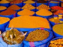 卖香料的市场摊位 免版税库存图片