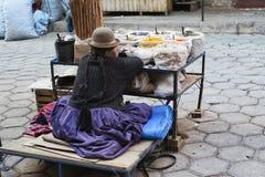 卖香料的艾马拉当地妇女在市场上在苏克雷 免版税库存图片