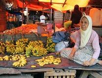 卖香蕉的妇女在印度尼西亚 免版税库存照片