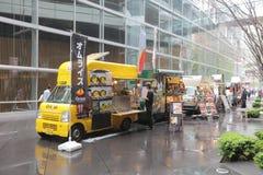 卖高端烹调的食物卡车对办公室工作者 库存图片