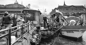卖鱼三明治的装饰小船在加拉塔桥梁附近 免版税库存照片