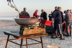 卖鱼直接从小船的渔夫在早晨抓住以后 免版税图库摄影