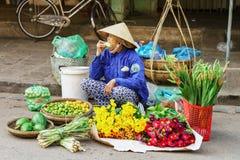 卖鲜花水果和蔬菜的亚裔贸易商 免版税库存照片