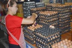 卖鸡蛋在takua pa市场泰国上 库存照片