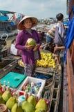 卖从一条小船的妇女物品在湄公河,越南 免版税库存照片