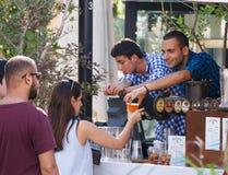 卖主与节日的客人沟通在每年啤酒festiv 图库摄影