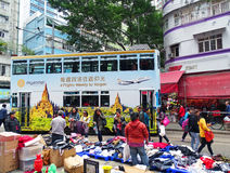 卖主在区北角,香港提供他们的在一条小径的物品 免版税库存照片
