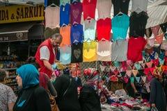 卖主在土耳其市场上在伊斯坦布尔 免版税库存照片