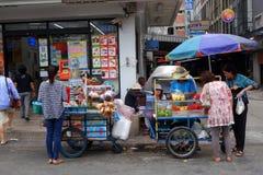 卖主在曼谷卖在街道上的新鲜的地方果子 库存照片