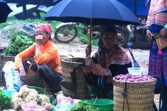 卖主在罐头Cau市场, Y Ty,越南上 免版税库存照片