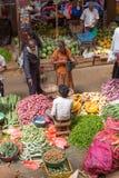 卖主在街市上在斯里兰卡卖新鲜的水果和蔬菜 免版税库存照片
