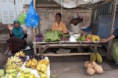 卖水果和蔬菜弗洛勒斯的妇女 免版税库存图片