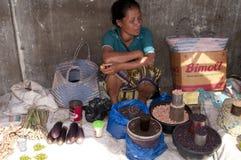 卖水果和蔬菜弗洛勒斯的妇女 免版税库存照片
