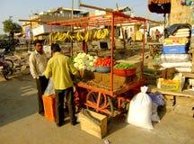 卖水果和蔬菜的地方人在Jaisalmer,印度 库存照片
