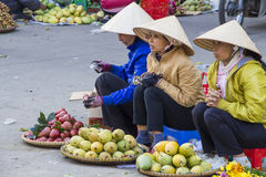 卖水果和蔬菜的越南供营商在大叻市场上 库存图片