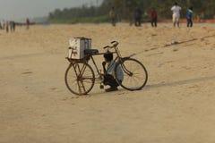 卖他的在Panambar海滩的供营商家庭做的冰淇凌射击了在10月02,2011,芒格洛尔,卡纳塔克邦,印度 免版税图库摄影