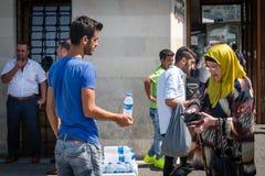 卖水的非法摊贩在伊斯坦布尔,土耳其 免版税库存图片