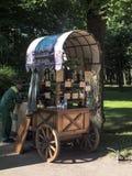 卖从街道手推车的小装饰品,圣彼德堡,俄罗斯 库存照片