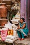 卖黄铜缸的妇女在加德满都,尼泊尔 免版税库存照片
