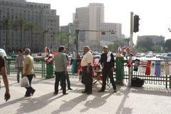 卖主,人们,在tahrir,开罗埃及的Mogamma大厦 库存照片