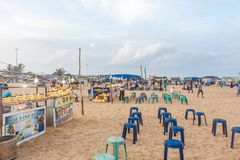 卖eatables的地方enterpreneurs在小游艇船坞海滩和被安排的位子为他们的顾客 库存图片