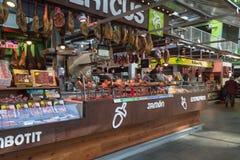 卖jamon和肉纤巧的商店在市场霍尔上 库存照片