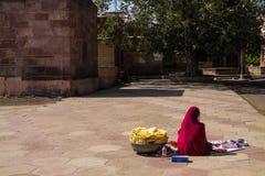 卖kitkats的印地安妇女小吃在mandore纪念碑 免版税库存图片
