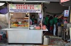 卖lor bak或五个香料猪肉卷的路旁摊位在槟榔岛 库存图片