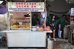 卖lor bak或五个香料猪肉卷的路旁摊位在槟榔岛 免版税图库摄影