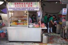 卖lor bak或五个香料猪肉卷的路旁摊位在槟榔岛 免版税库存图片