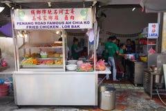 卖lor bak或五个香料猪肉卷的路旁摊位在Penan 免版税库存图片