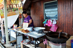 卖lor bak或五个香料猪肉卷的路旁摊位在Penan 免版税图库摄影