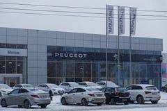 卖multibrand汽车的大厦和服务中心 免版税库存图片