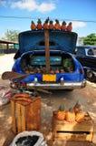 卖pinneaples的老汽车市场 免版税库存图片