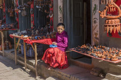 卖potte产品的未认出的小女孩开会 免版税图库摄影