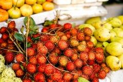 卖riped红毛丹的亚洲街道农夫市场在越南 免版税库存图片