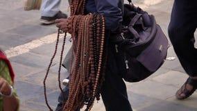 卖Rudraksha成串珠状在地方市场上在加德满都,尼泊尔 股票录像