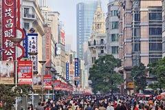 南京东部路的,上海,中国顾客 库存图片